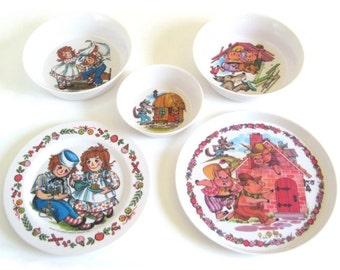 Raggedy Ann or 3 Little Pigs Plastic Dishes Oneida Deluxe 3101 3119 Plate 3243 3258 Bowls Children's Melamine Dish Set