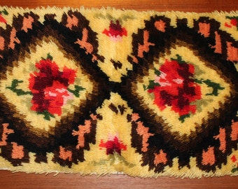 Nice vintage little Rya Rug Carpet 60s with sweet retro floral pattern. Made in Sweden Scandinavian.