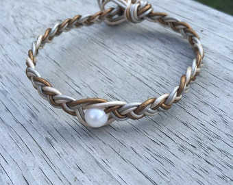 Freshwater pearl bracelet with three different leather colors