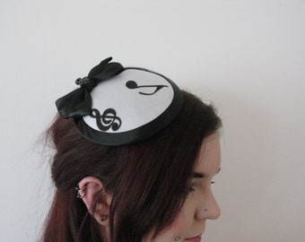 Music on my mind fascinator red or white