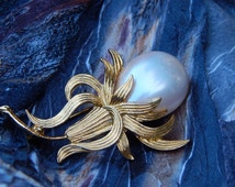 Solitary Pearl Opalescent  Brooch Pin Blooming flower Gold Tone Beautiful  Vintage