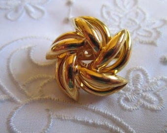 Vintage Gold Tone Small Swirled Brooch