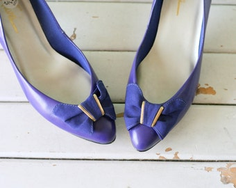 Vintage PURPLE BOW Leather Heels...size 7.5 heels...party. shoes. pumps. glam. wedding. party. mod. classic. fancy. 1980s glam. grape