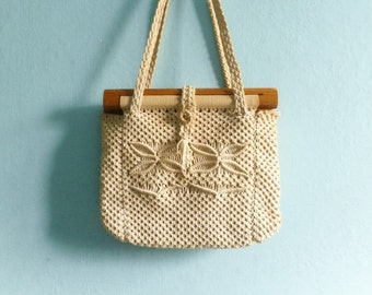Vintage 60s 70s macrame purse bag handbag / handwoven / cream beige off white / wood wooden / hippie boho bohemian