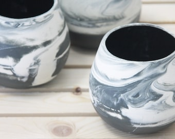 Ceramic bowl in marbled pattern. Ceramic serving bowl in black and white with glossy glaze. Modern and urban look