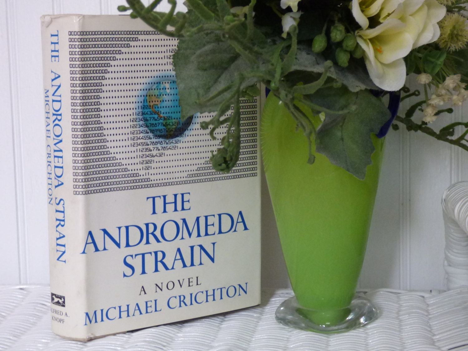 a book analysis of the andromeda strain by michael crichton The andromeda strain by michael crichton - view book on bookshelves at online book club - bookshelves is an awesome, free web app that lets you easily save and share lists of books and see what books are trending.