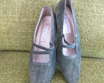 7 vintage carriage court olive green suede edwardian heels 90s pumps size 7 retro victorian pointed toe heels short heels low heels