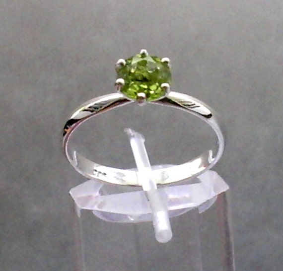 Green Peridot Gemstone in 925 Sterling Silver Ring Size 9