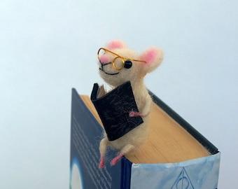 Me sentais miniature d'animale d'une souris en laine blanche de signet de souris du miniature idée de cadeau drôle Waldorf idée comique livre lovers Sweet signet figurine