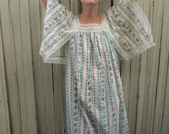 Angel Sleeve Dress // Hippie Clothes // Boho Clothing // Festival Fashion // Lightweight // Floral // Lace // White // 1970s 70s // XS Small
