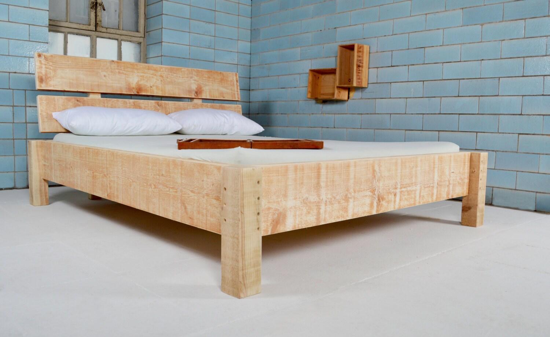 bett aus recyceltem bauholz dauphin von johanenlies auf etsy. Black Bedroom Furniture Sets. Home Design Ideas