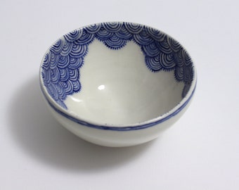 Blue and white ripple scale bowl