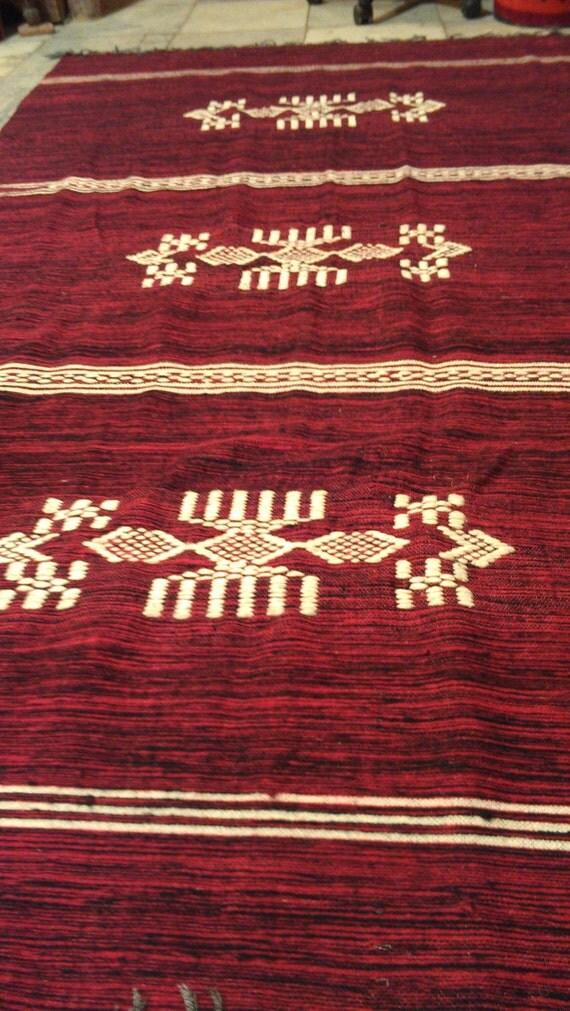 couverture couverture berb re rouge tapis kilim et blanc. Black Bedroom Furniture Sets. Home Design Ideas