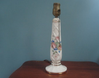 Charming porcelain lamp with flowers and a pull chain
