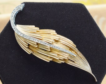 Pretty Vintage Rhinestone, Gold tone Leaf Brooch, Pin (AH10)