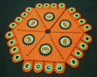 "16"" Penny Rug Style Halloween Feather Tree Skirt"