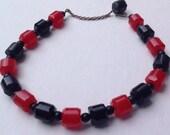 Barrel shaped red and black Bakelite beaded necklace    VJSE