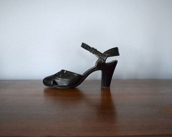 1940s vintage shoes . black leather 40s heels