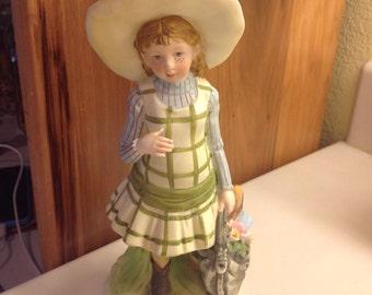 Porcelain Holly Hobbie Figurine, Girl in Plaid Dress with Basket. World Wide Arts 1973, HHf 4 mint