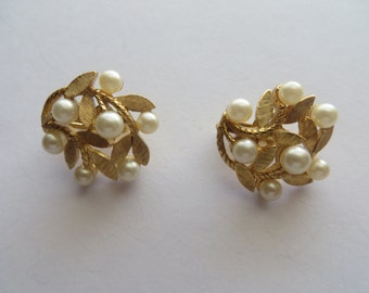 Vintage Trifari Gold Tone And Pearls Clip On Earrings
