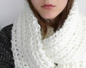 Romantic white chunky Knit scarf, hand knitted infinity scarf, winter scarf, thick white boho scarf, Chunky neck warmer, Vegan friendly