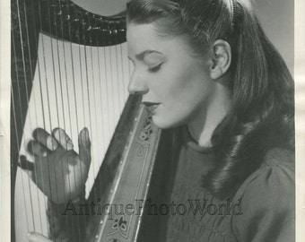Susan Reed beautiful folk singer playing harp vintage photo