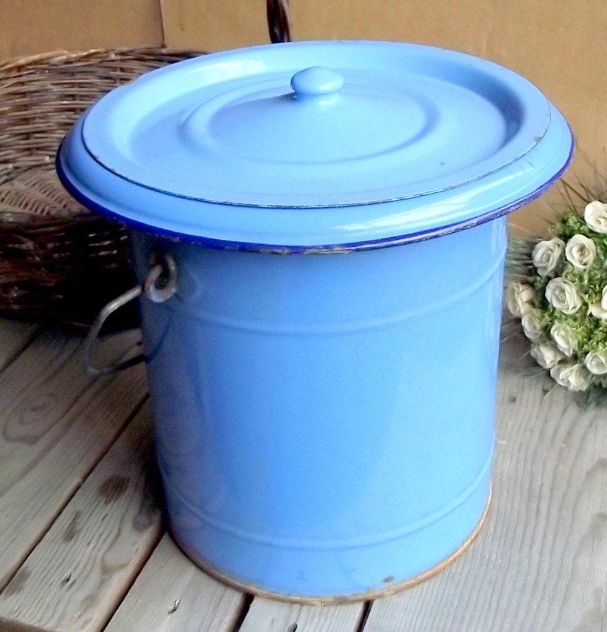 Pot de chambre emaill bleu grand pot de chambre avec for Pot de chambre camping