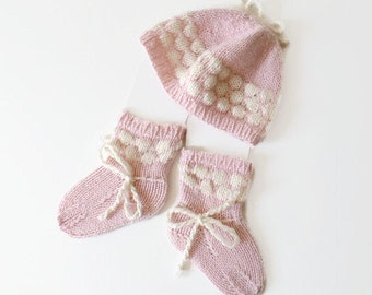 Set of 100% cashmere Hat and Seamless Socks/Booties for Newborn Baby.