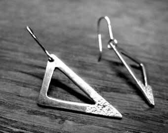 6N5 - Boucles d'oreilles triangles ajourés, pointe effet sable en argent véritable