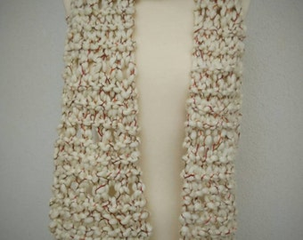 Fringed scarf. Cream color.