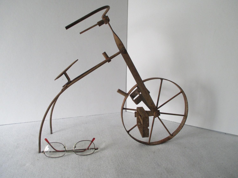 Metal bicycle sculpture vintage one wheel oddity table for Bicycle wheel table