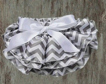Ruffled bum diaper cover - grey chevron