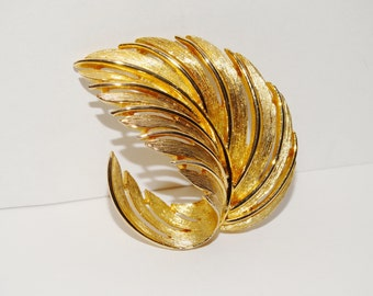 Free Shipping Vintage Lisner Gold Tone Brooch.