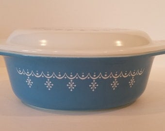 Pyrex Blue Garland / Snowflake Design No. 043 Covered Casserole