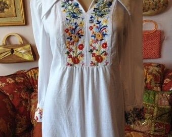 Vintage 1960s Embroidered Micro Mini Dress...Tunic. White Cotton Linen Mexican Style , Metal Zipper ....Fits S