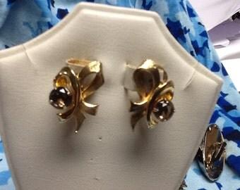GOLDEN ribbon EARRINGS with a CITRINE rhinestone clip on earrings vintage