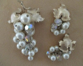 Vintage costume jewelry  /  pearl brooch and matching clip on earrings
