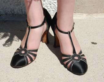 size 7 narrow 1920s 1930s Black Satin and Silver Heels