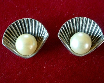 Vintage Pearl In a Silver Shell Earrings Divine Clip On 1940
