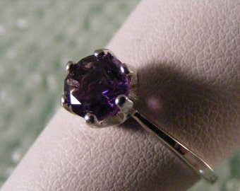 Vintage Amethyst Solitaire Sterling Silver Ring.....  Lot 4177