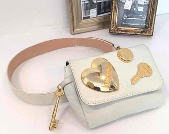 Vintage MOSCHINO white leather waist purse, fanny bag, clutch bag with large golden heart and key motifs. So chic and mod
