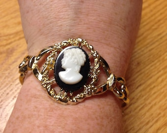 Vintage Goldtone Bracelet with White and Black Design Cameo, Length 6.5''
