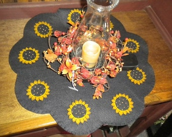 Table topper with scalloped edges and small sunflowers in each scallop