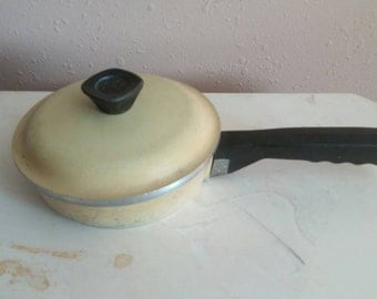 On Sale Shabby Chic Vintage Kitchen Pale Yellow Club Cooking Pot with Lid Cast Iron Sauce Pan