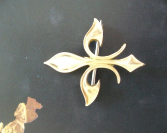 Fleur DE Lys pin/French royalty brooch gold tone