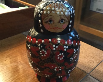 Nice Vintage Russian Babushka Folk Art Nesting Doll Set