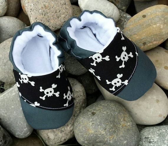 Free shipping and returns on TOMS Embroidered Skull Slip-On (Men) at hereuloadu5.ga Skull-and-crossbones embroidery lends a cool rocker vibe to a classic slip-on/5(2).