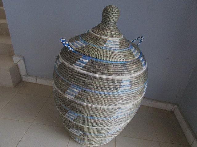 style africain grand panier linge panier bleu et noir. Black Bedroom Furniture Sets. Home Design Ideas