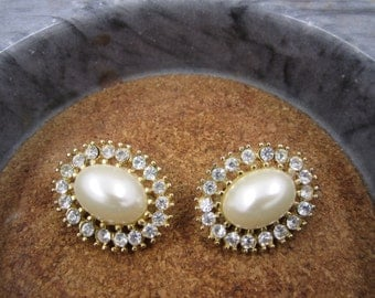Gorgeous vintage smooth oval pearl clip-earings
