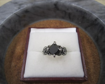 Very pretty intricate dark silver stone ring